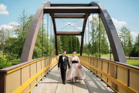 Vihkikuva sillalla Kauhajoella