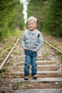 Lapsi vanhalla junaradalla