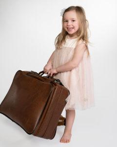 Tyttö kantaa matkalaukkua
