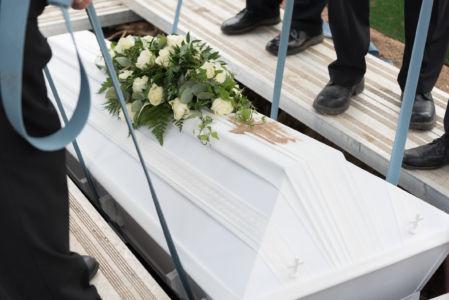 Arkku lasketaan hautaan